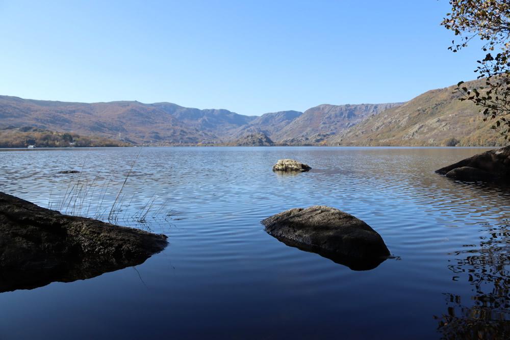 Lago de Sanabria rocks and mountains