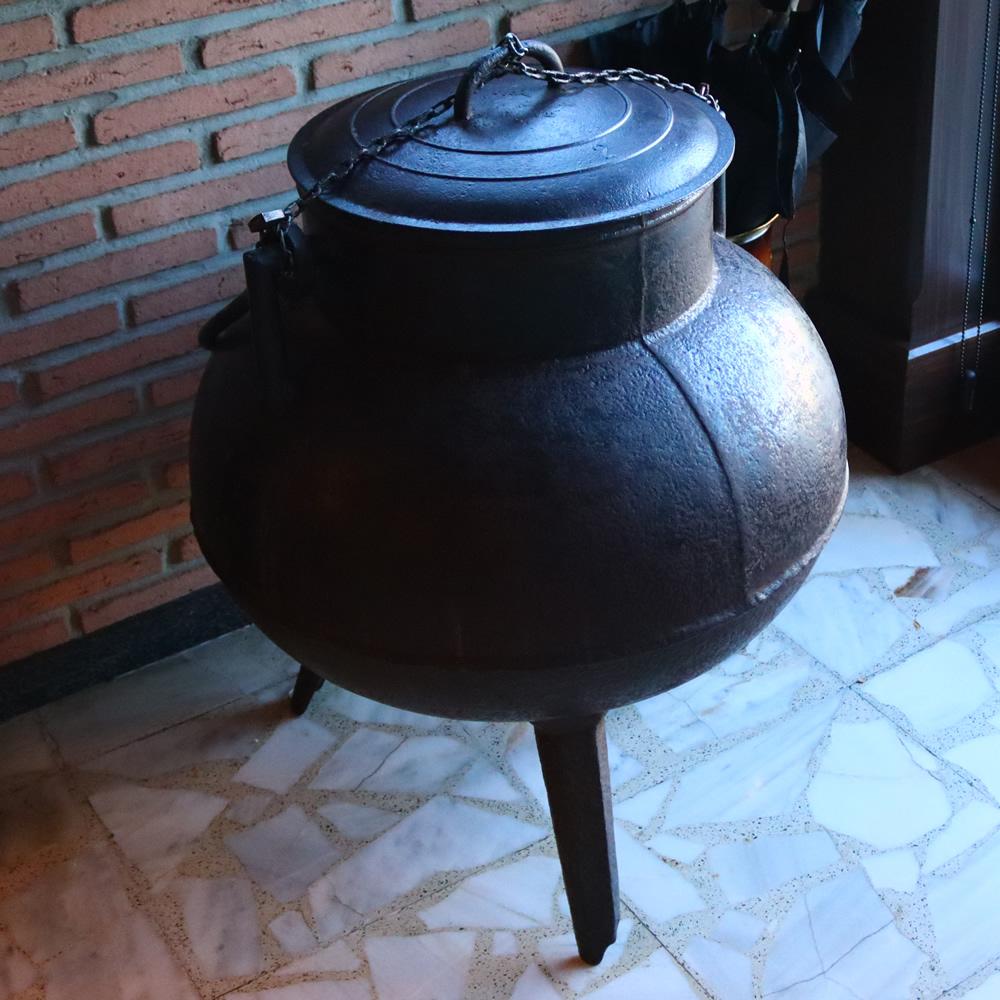 Un antiguo pote se puede ver a la entrada del restaurante Casa Fidel