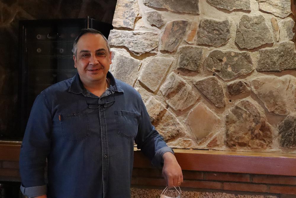 Jose en la antigua chimenea del restaurante Casa Fidel de San Vitero