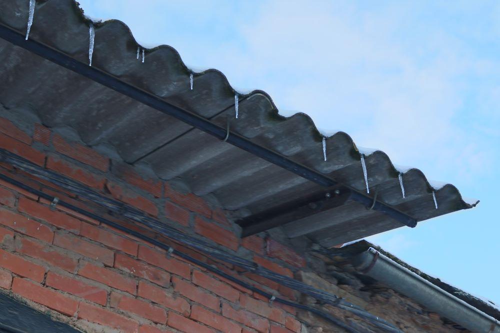 Churros de hielo colgando de un tejado